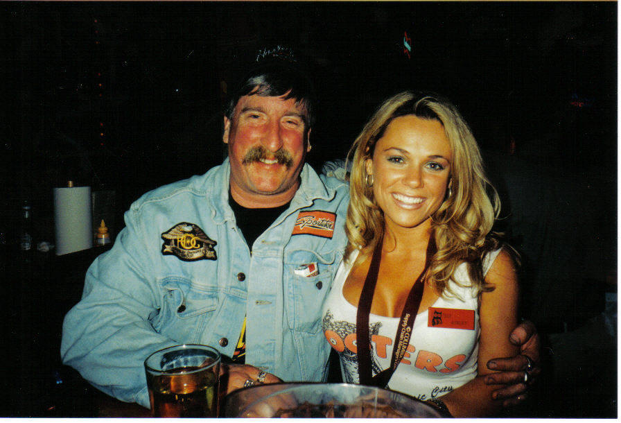 Tom and Nashville Hooters girl